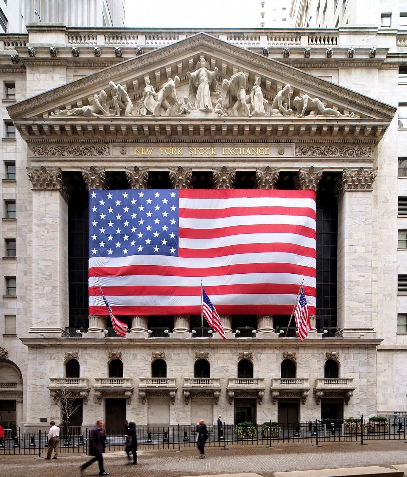 Esas transacciones se llevan a cabo en un edificio específico de Wall Street, la calle principal del distrito financiero de Nueva York: el NYSE o New York Stock Exchange, conocido también como.